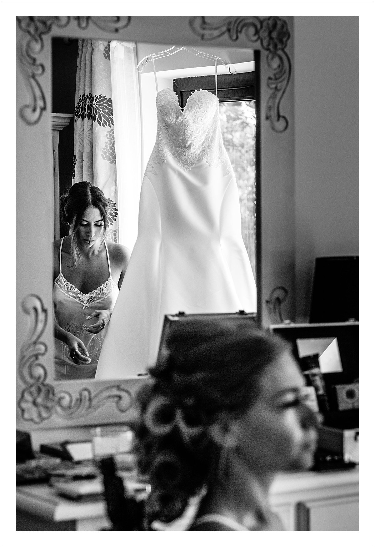 bride getting ready in a villa in Marbella